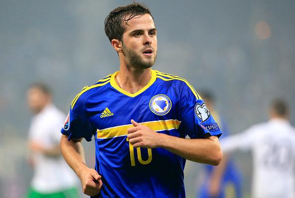 Pjanic con la maglia della sua nazionale Bosniaca. (Fonte immagine: Metro UK)