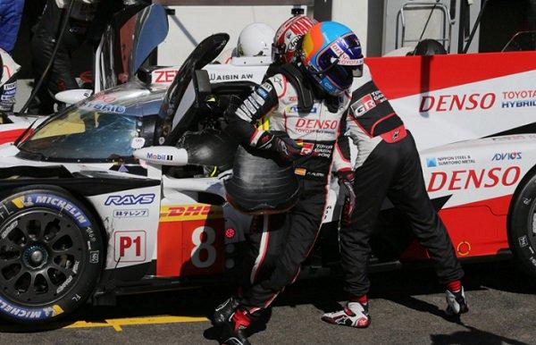 Fernando Alonso saliendo del coche  en una parada durante la carrera | Foto: @Toyota_Hybrid