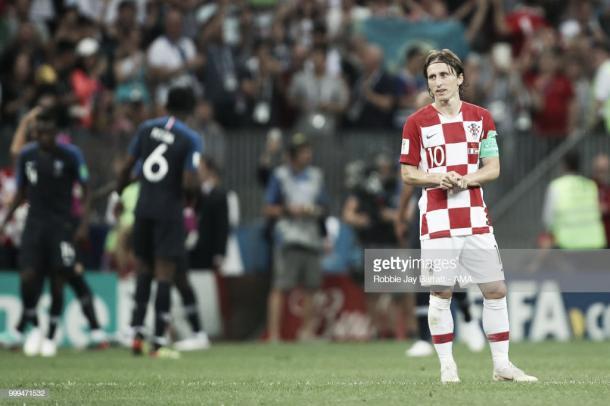 Modric, con la cara desencajada y los franceses celebrando al fondo el 4-1 / Fuente: Getty Images