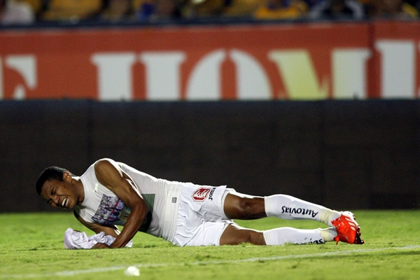 Jefferson Montero en pleno llanto por el fallecimiento de 'Chucho'  | Foto: Agencias