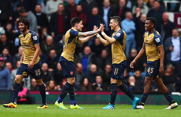 Özil celebrates his goal against West Ham alongside (L-R) Mohamed Elneny, Hector Bellerín and Alex Iwobi. | Photo: Getty