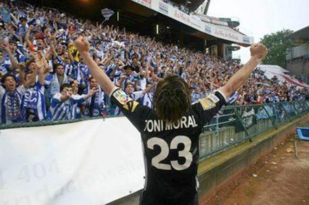 Toni Moral, celebrando la permanencia, con los aficionados. Fuente: deportivoalaves.com