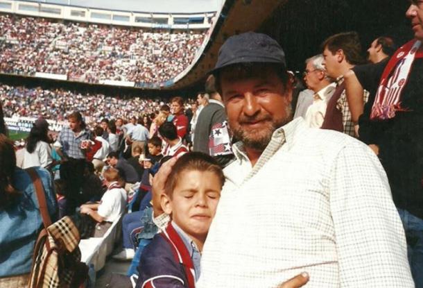 Morata de pequeño con su padre en el Vicente Calderón. | Fuente: Instagram Oficial