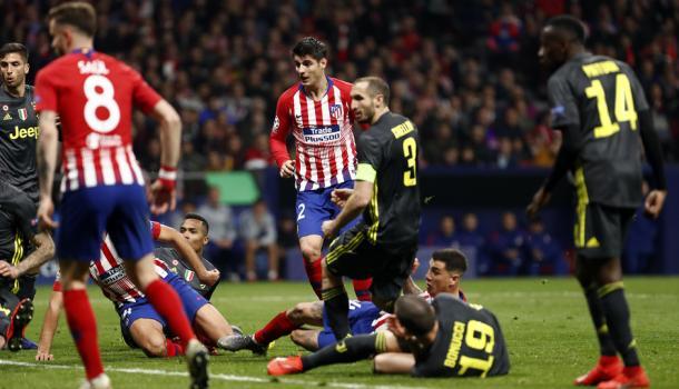 Morata presencia el gol de Giménez. Al madrileño le anularon un gol legal por la veteranía de un Chiellini que consiguió engañar al VAR. Foto: Web oficial Club Atlético de Madrid.