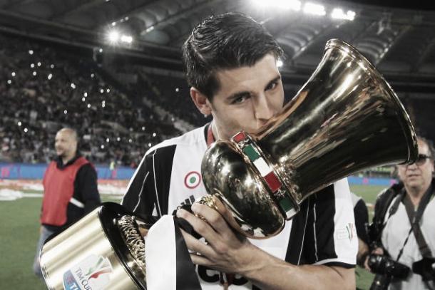 Morata kisses the Coppa Italia trophy | Photo: Bleacherreport.com