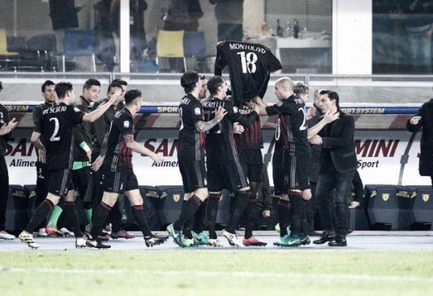 Atletas do Milan erguem camisa de Montolivo durante a comemoração do segundo gol (Foto: Dino Panato/Getty Images)