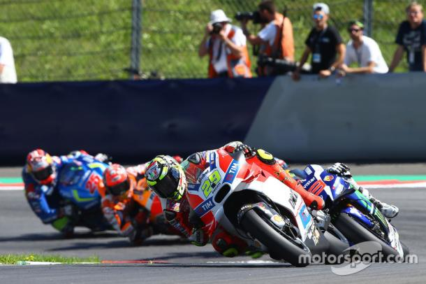 Lorenzo chasing race winner Iannone at the Austrian GP - www.motorsport.com
