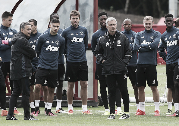 Mourinho alongside his new players on Wednesday | Photo: Matthew Peters/ Manchester United