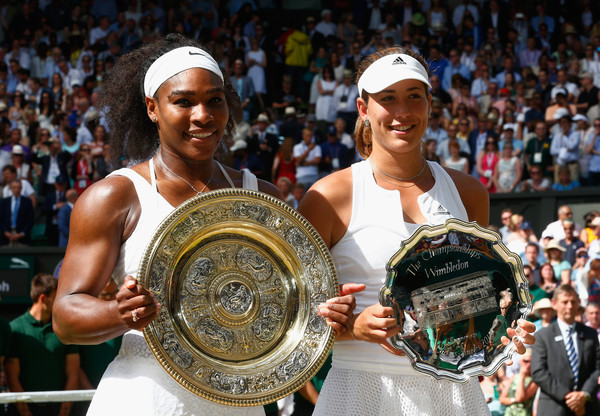 Muguruza (right) and Serena Williams (left) holding their trophies after last year's Wimbledon final (Photo by Julian Finney / Source : Getty Images)