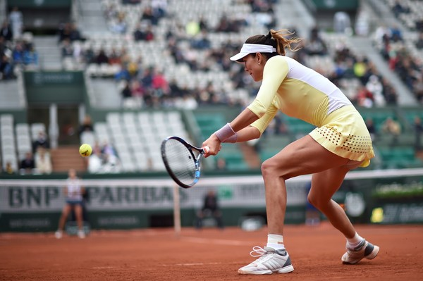 Garbiñe Muguruza hits a backhand to Shelby Rogers during their quarterfinal match at the 2016 French Open.   Photo: Eric Feferberg/AFP