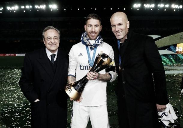 Sergio Ramos junto a Florentino Pérez y Zinedine Zidane con el trofeo del Mundial de Clubes 2016 | Foto: Real Madrid