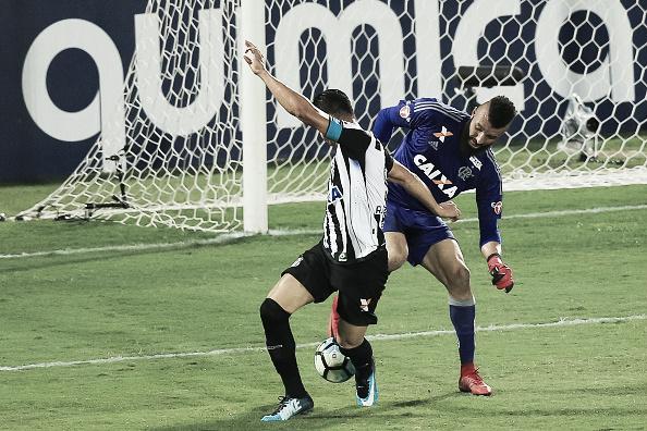 Muralha tenta driblar R. Oliveira, perde a bola e em seguida sai o gol do Santos. Foto: Buda Mendes/Getty Images