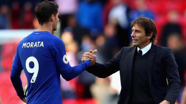 Álvaro Morata saludando a Antonio Conte. Foto: premierleague