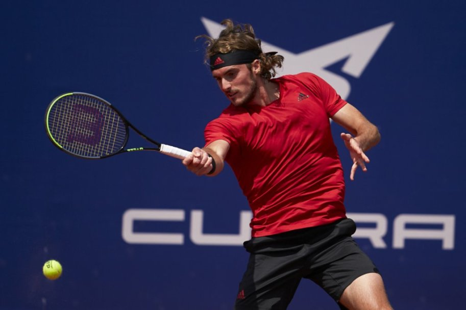 Tsitsipas hits a forehand during his semifinal victory over Sinner/Photo: Barcelona Open Banc Sabadell