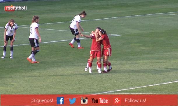 Nahikari es abrazada por sus compañeras (Imagen: Sefutbol)