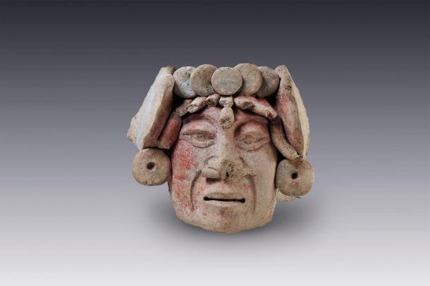 Representación de una cabeza de Campeche con nariguera (perforación en la nariz). Clásico Tardío | Museo Amparo