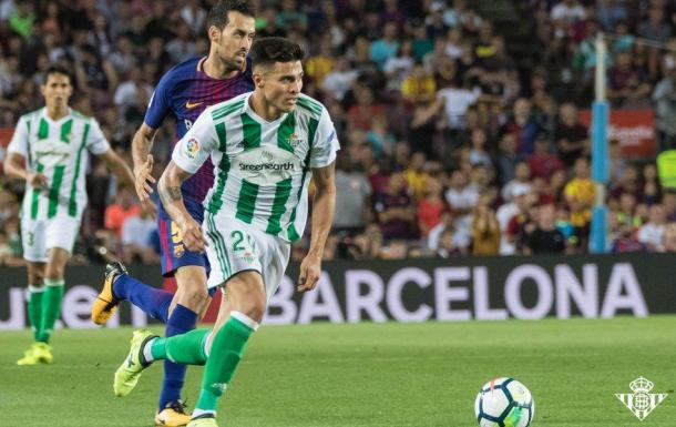 Narváez ante Busquets. Foto: Real Betis