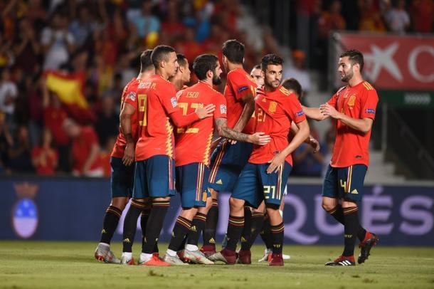 Los hombres de Luis Enrique se abrazan para celebrar un gol I Foto: UEFA