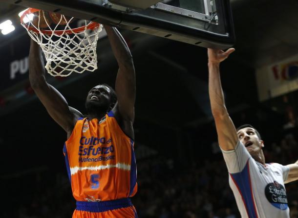 Ndour se cuelga del aro / Foto: Valencia Basket (Twitter)