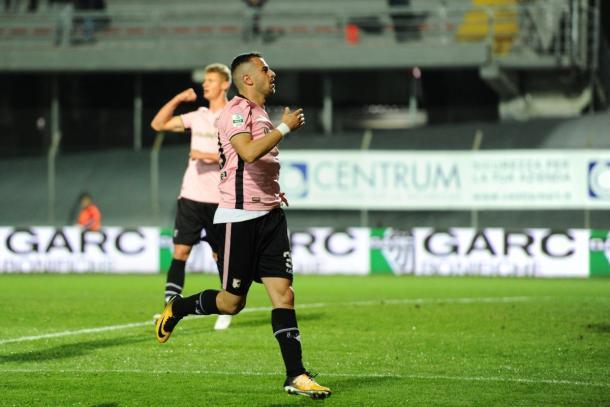 Esultanza di due calciatori del Palermo | Twitter: @palermocalcioit