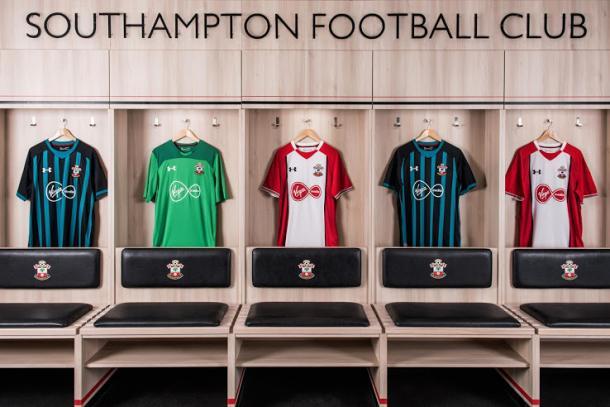 Las nuevas camisetas del Southampton, de izquierda a derecha: segunda camiseta, camiseta de portero y primera equipación | Foto: Southampton