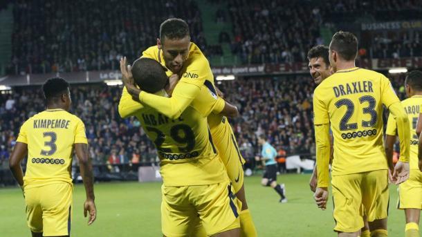 Neymar celebra, junto a Mbappé, uno de los tantos parisinos. | FOTO: PSG.fr