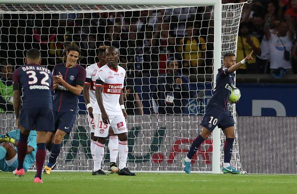 Brasileiro comemorou primeiro gol fazendo homenagem a Matuidi, de saída do clube (Foto: Xavier Laine / Getty Images)
