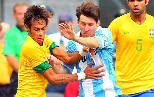 Hoje companheiros de Barcelona, Neymar e Messi protagonizaram duelo eletrizante em 2012 (Foto: Rich Schultz/Getty Images)