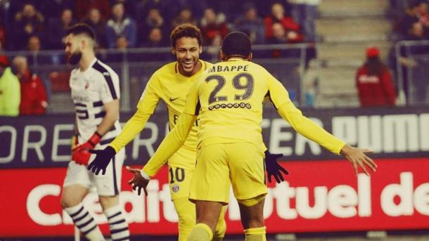 Mbappé e Neymar em campo com a camisa do PSG (Divulgação/PSG)