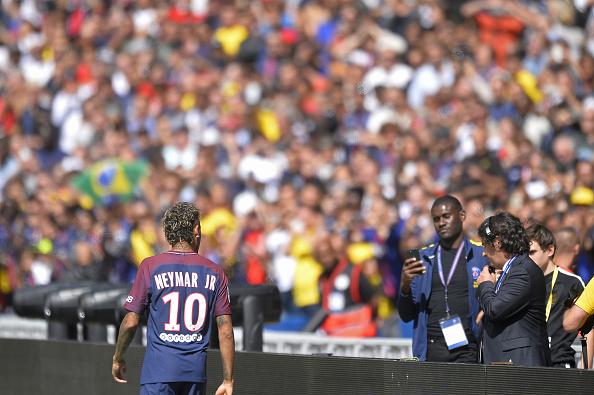 Neymar foi recebido de maneira calorosa no Parc des Princes (Foto: Aurelien Meunier / Getty Images)