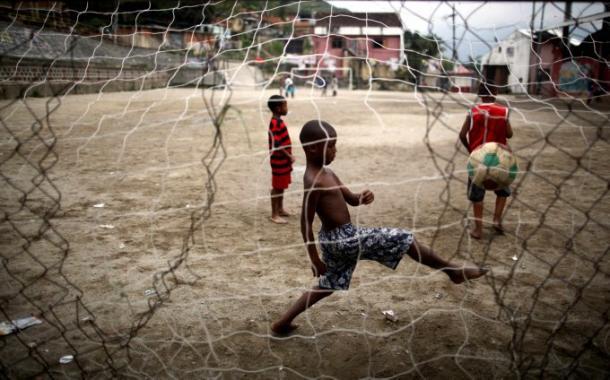 Niños jugando al fútbol en el barrio marginal de Salgueiro en Río de Janeiro, Brasil. Foto: http://paulie86.blogspot.com.es/