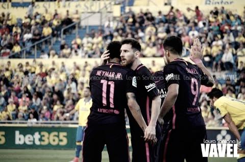 El abrazo entre Neymar y Messi, celebrando un gol del carioca ante la UD Las Palmas | Foto: Laura Santana - VAVEL