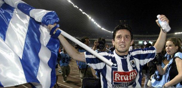 Nihat ondeando la bandera para celebrar el subcampeonato en el 2003. | Foto: Getty Images