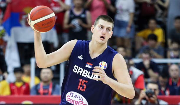 Nikola Jokic jugando con su selección | Fuente: NBA