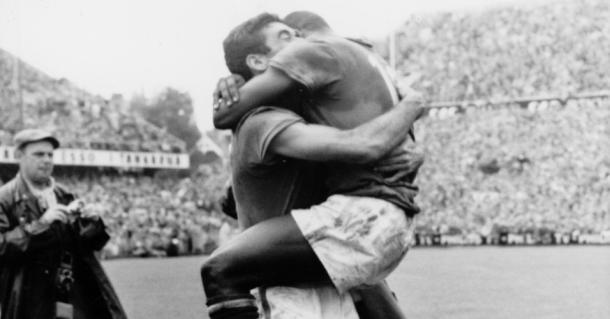 Nilton Santos e Pelé comemoram título brasileiro na Copa de 1958 na Suécia