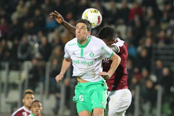 Jugadores de Niza vs Saint-Etienne enfrentados por el balón / Fuente: Niza