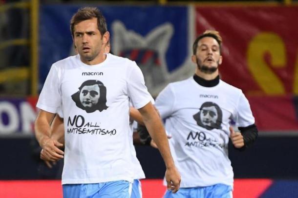 Lulić luiéndo paradójicamente una camiseta en contra del antisemitismo / Vía: Gettyimages