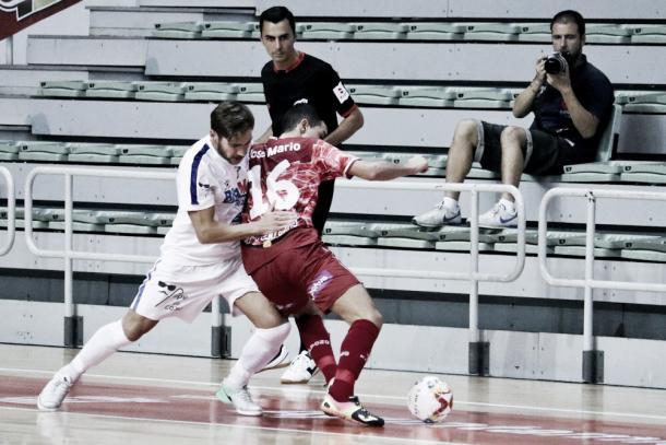 José Mario trata de deshacerse de un rival | Foto: @NoiaFutbolSala
