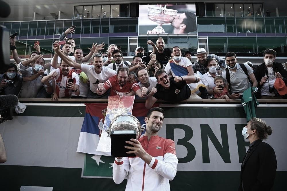 Novak Djokovic festejando con el público en París Foto Roland Garros