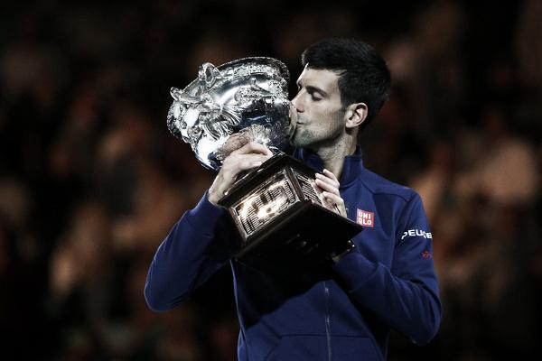 Djokovic posa con su trofeo del Open de Australia. Foto: zimbio.com