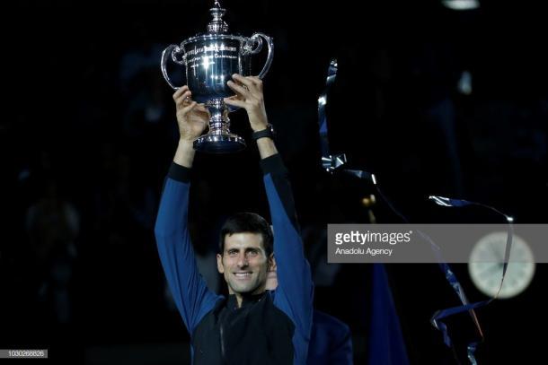 Djokovic levanta el trofeo de campeón del US Open. Foto: Getty Images,