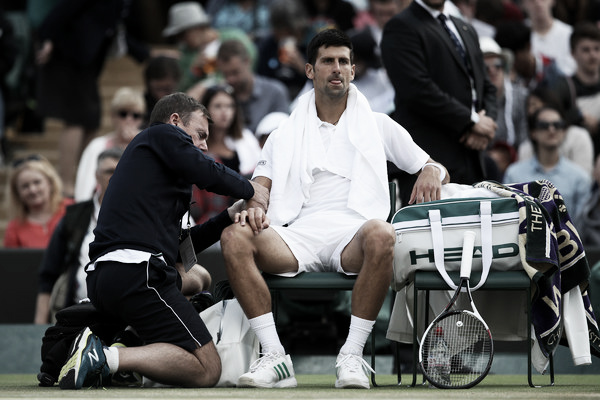 Novak Djokovic siendo atendido por el fisioterapeuta de Wimbledon. Foto: zimbio.com