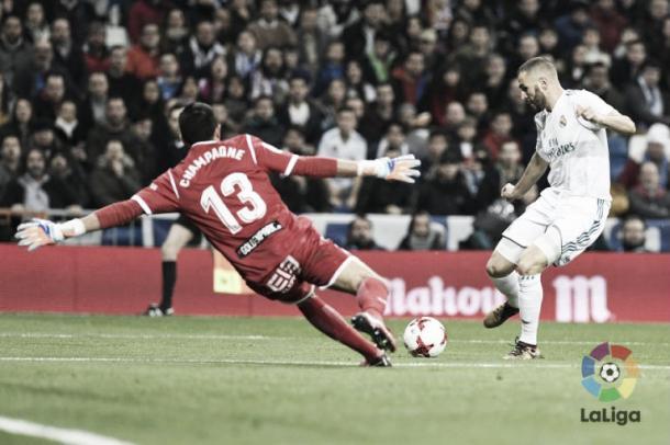 Champagne detiene el lanzamiento de Benzema en Copa del Rey. Foto: Laliga