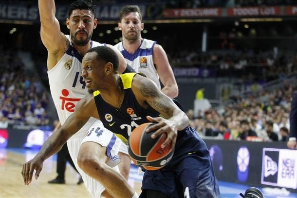 James Nunnally in penetrazione contro Gustavo Ayon - Foto EuroLeague
