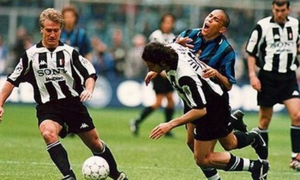Lo scontro Iuliano-Ronaldo. | Foto: calciomercato.com