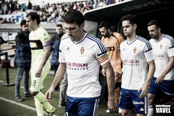 Jugadores de Zaragoza y Elche saltando al césped | Fotografía: Javier Gimeno