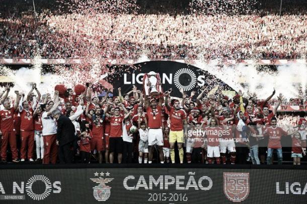 Luisão levanta a Liga Nos, 35º título da história do Benfica.