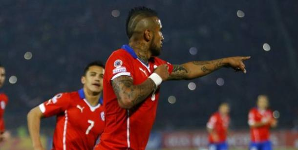 Vidal y Alexis Sánchez tras un gol de Chile