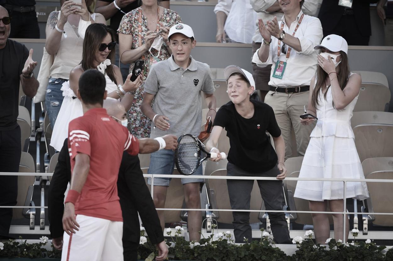 Novak Djokovic ya ganó y regala su raqueta a un niño. Foto Roland Garros