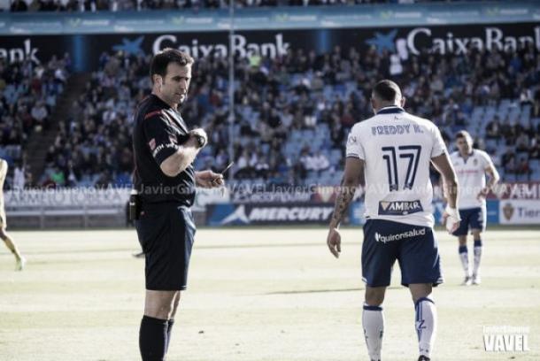 Ocón Arráiz dirigiendo un encuentro del Real Zaragoza | Foto: Javi Jimeno (Vavel)
